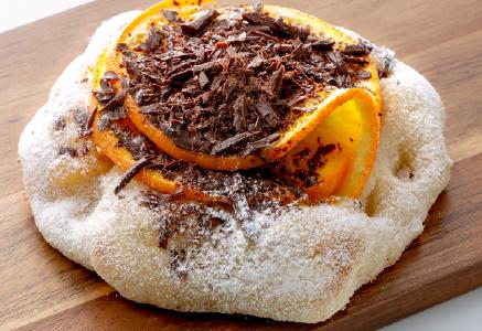 イタリアで定番のデザートピンサ、オレンジ&チョコ。