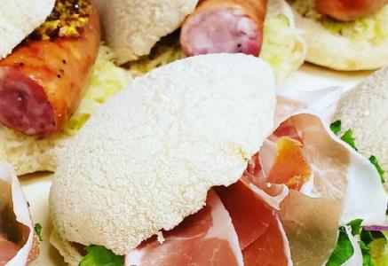 ピンサ生地の丸パンのパニーノ。ふんわりして食べやすい。